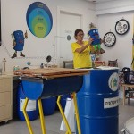 אורנה מנגולד, מנהלת מרכז המבקרים, מעבירה פעילות לילדי מתנס שיא