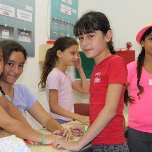 ילדות שביקרו במרכז המבקרים