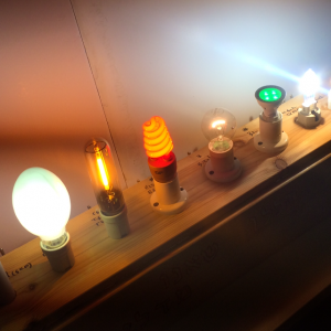 חנוכיה עשויה מנורות חשמל