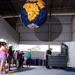 ילדים צופים בפעילות עם כדור הארץ מחומרים ממוחזרים