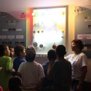 אורנה מסבירה לילדים על נושאים אקולוגיים באמצעות לוח אורות