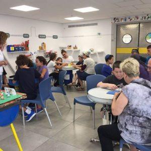 קבוצה פרטית במהלך פעילות במרכז המבקרים