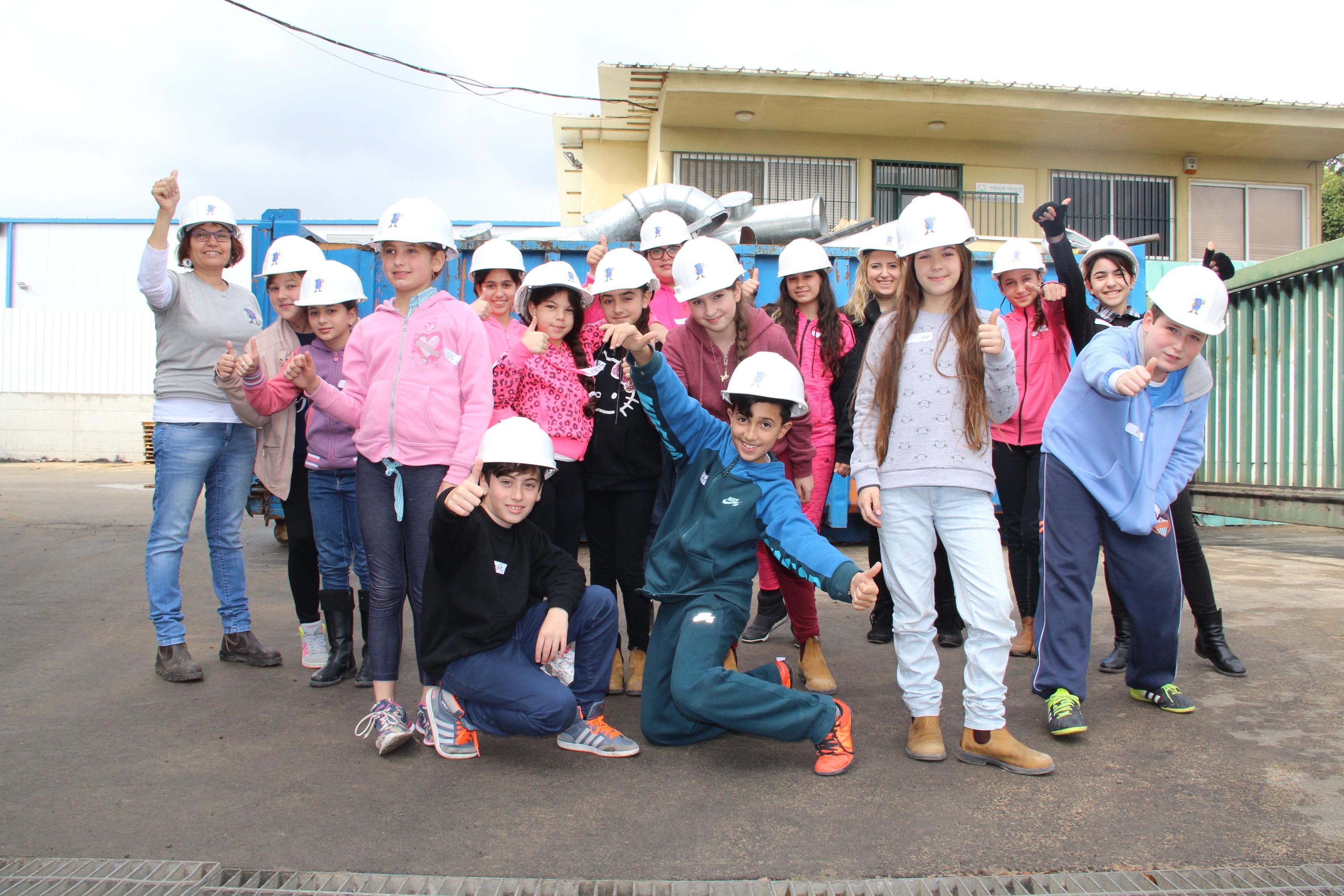 ילדים מסיירים במפעל שירותי אקולוגיה
