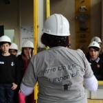 אורנה וקבוצת ילדים במהלך סיור במפעל שירותי אקולוגיה