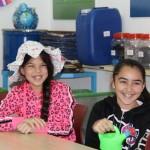 שתי בנות יושבות במהלך ביקור במרכז