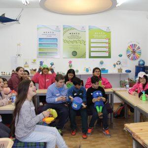 ילדים יושבים במהלך פעילות במרכז המבקרים