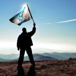 חייל מניף את דגל ישראל